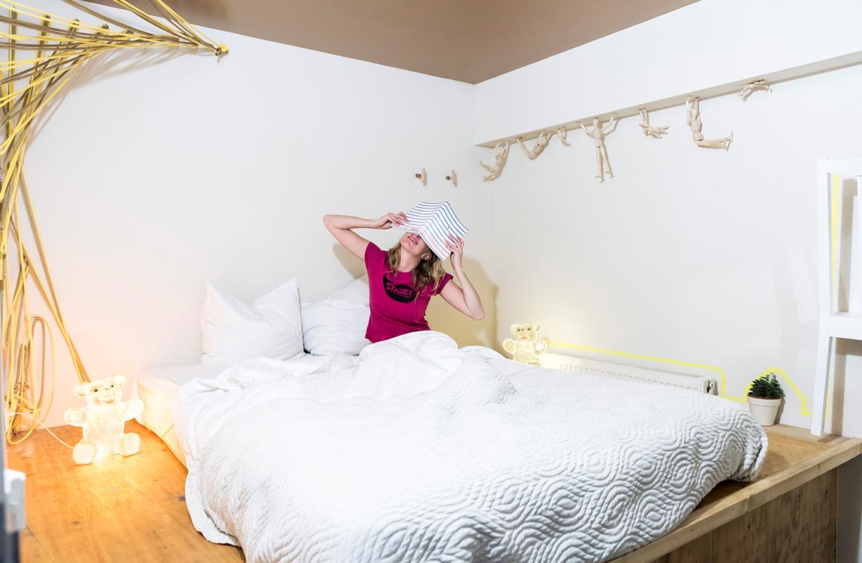 Blanco y madera imperan en las habitaciones del Ecomama