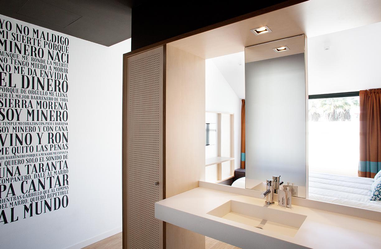 Todos los espacios de Toc Hostel, incluso los baños, promueven una decoración que incite a la relajación y a disfrutar del momento
