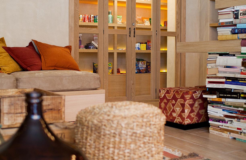En los espacios comunes abundan todo tipo de asientos como pufs, taburetes y bancos, un clásico de los hostales para crear espacios pensados para compartir