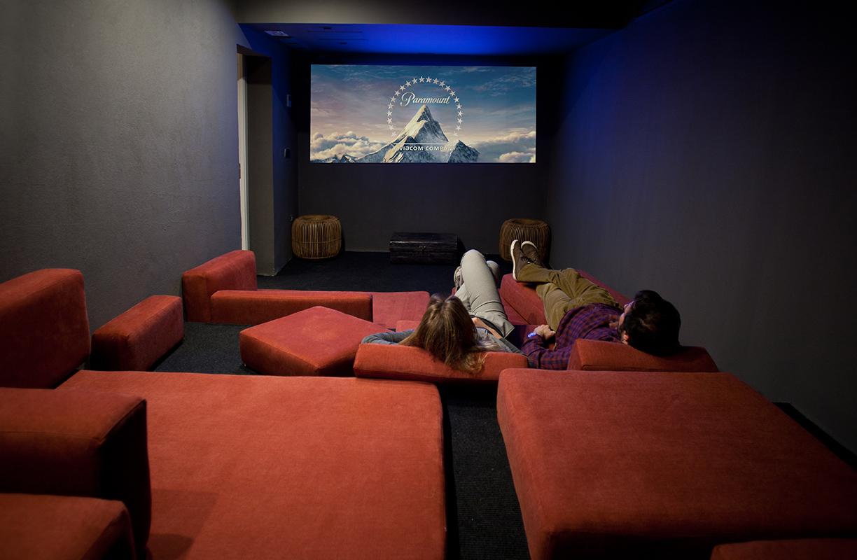 La sala de cines es uno de los espacios comunes del hostel y, sin duda, el que más llama la atención