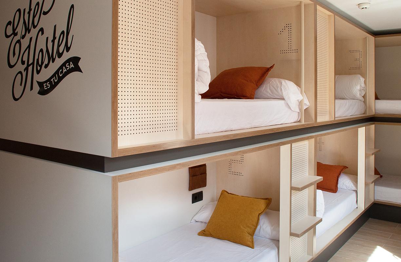 Cada una de las 21 habitaciones de este hostal está decorado con un toque juvenil y urbano