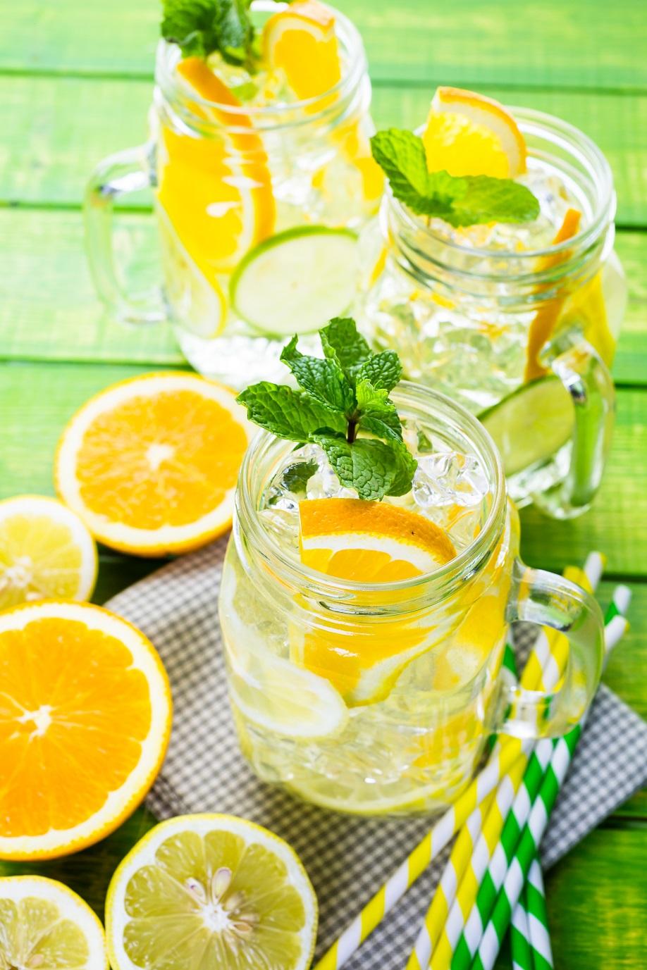 Agua con fruta naranja y limón