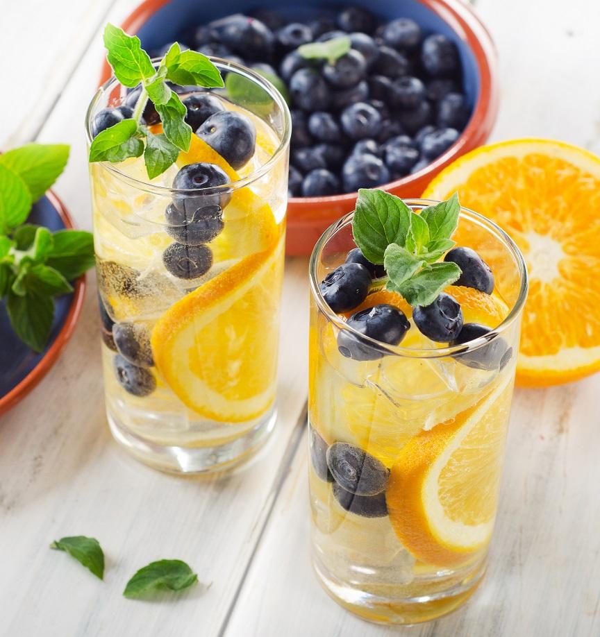 Agua con fruta naranjas y arándanos
