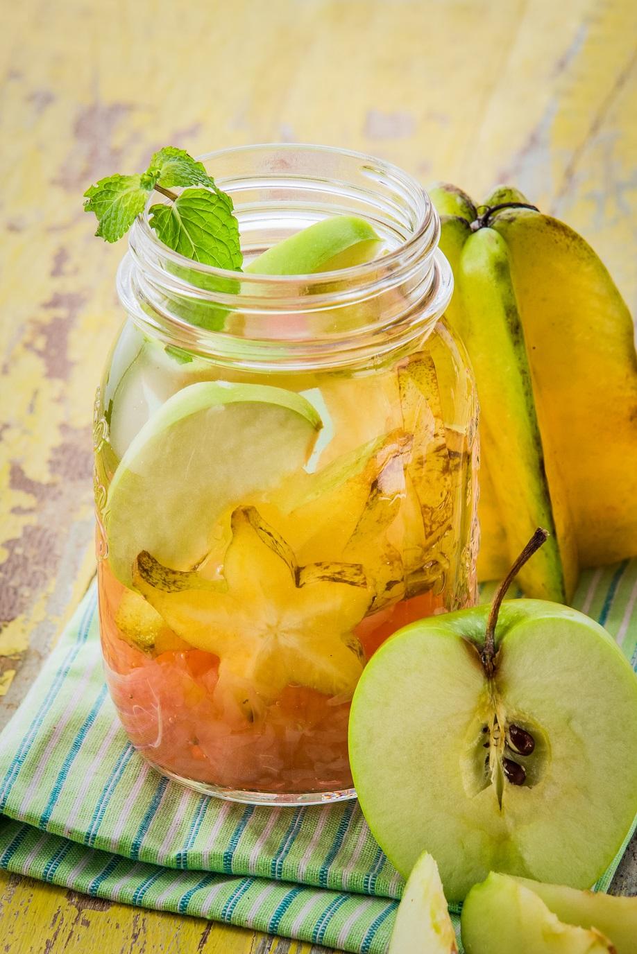 Agua con fruta manzana con carambola