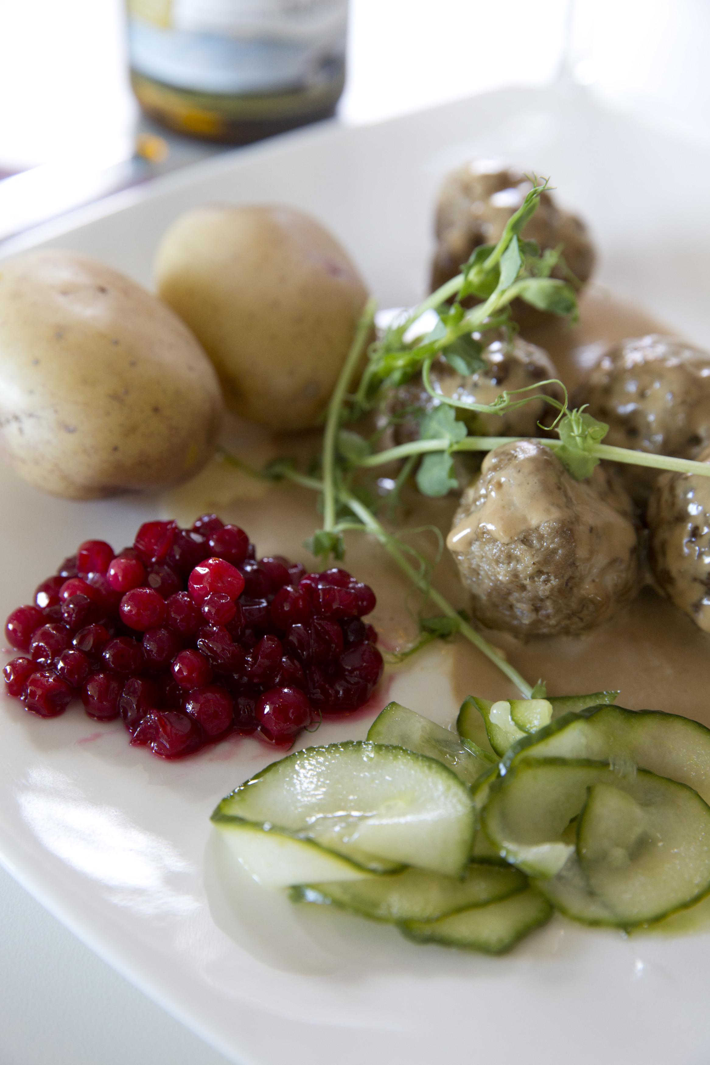 Las patatas hervidas con eneldo son otro plato habitual en la celebración del solsticio.