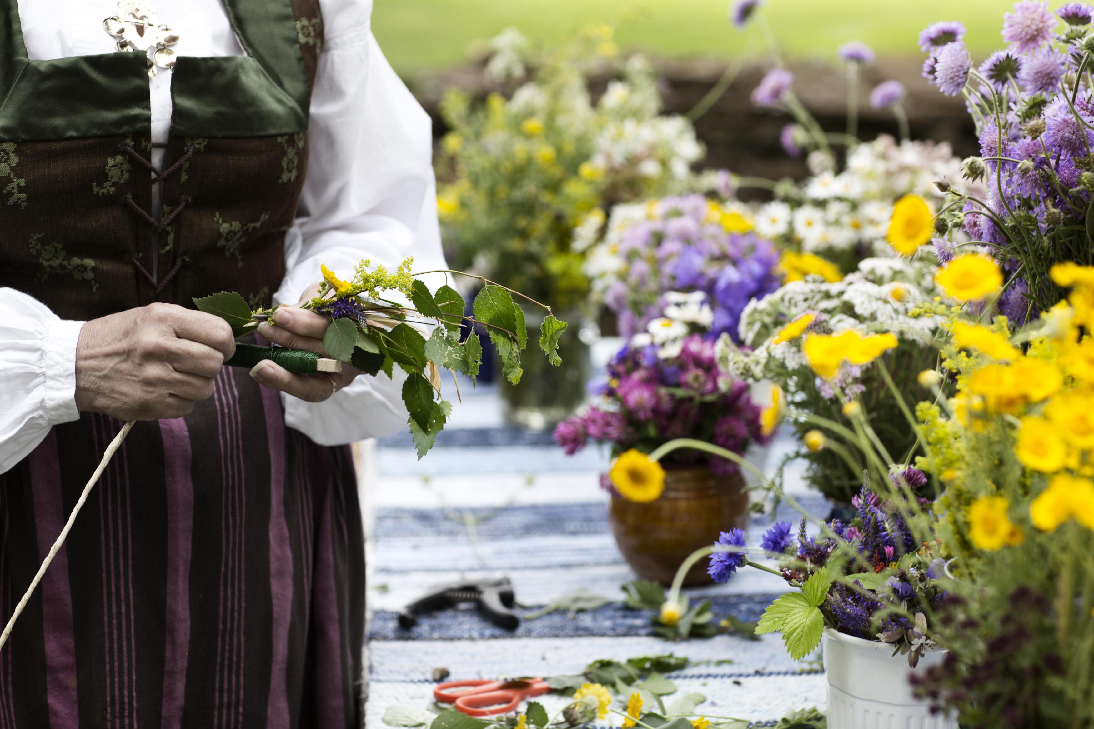 Las flores son las protagonistas de la celebración que da la bienvenida al verano en Suecia.