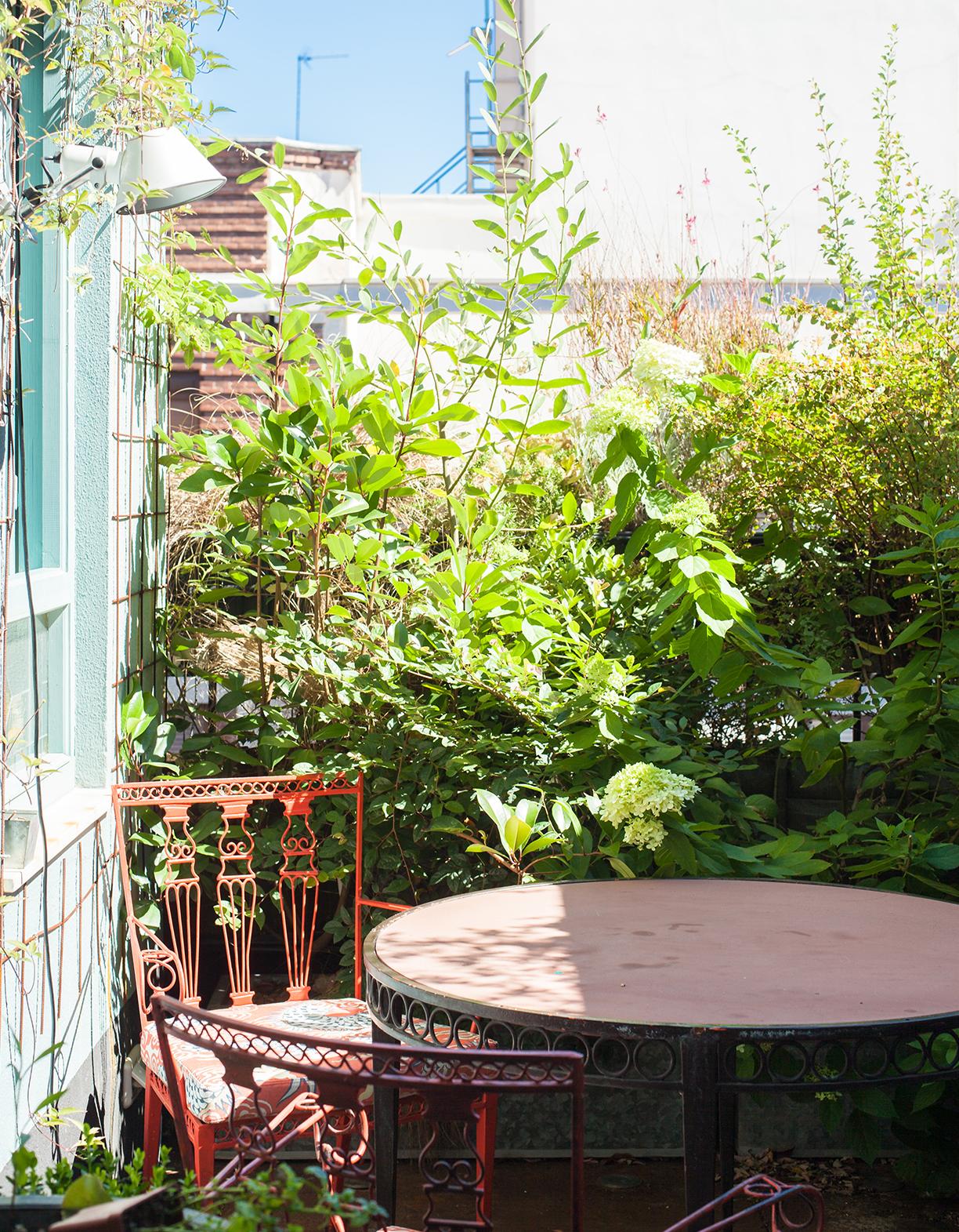 Cuidar las plantas en la terraza es la terapia antiestrés de Pepe.