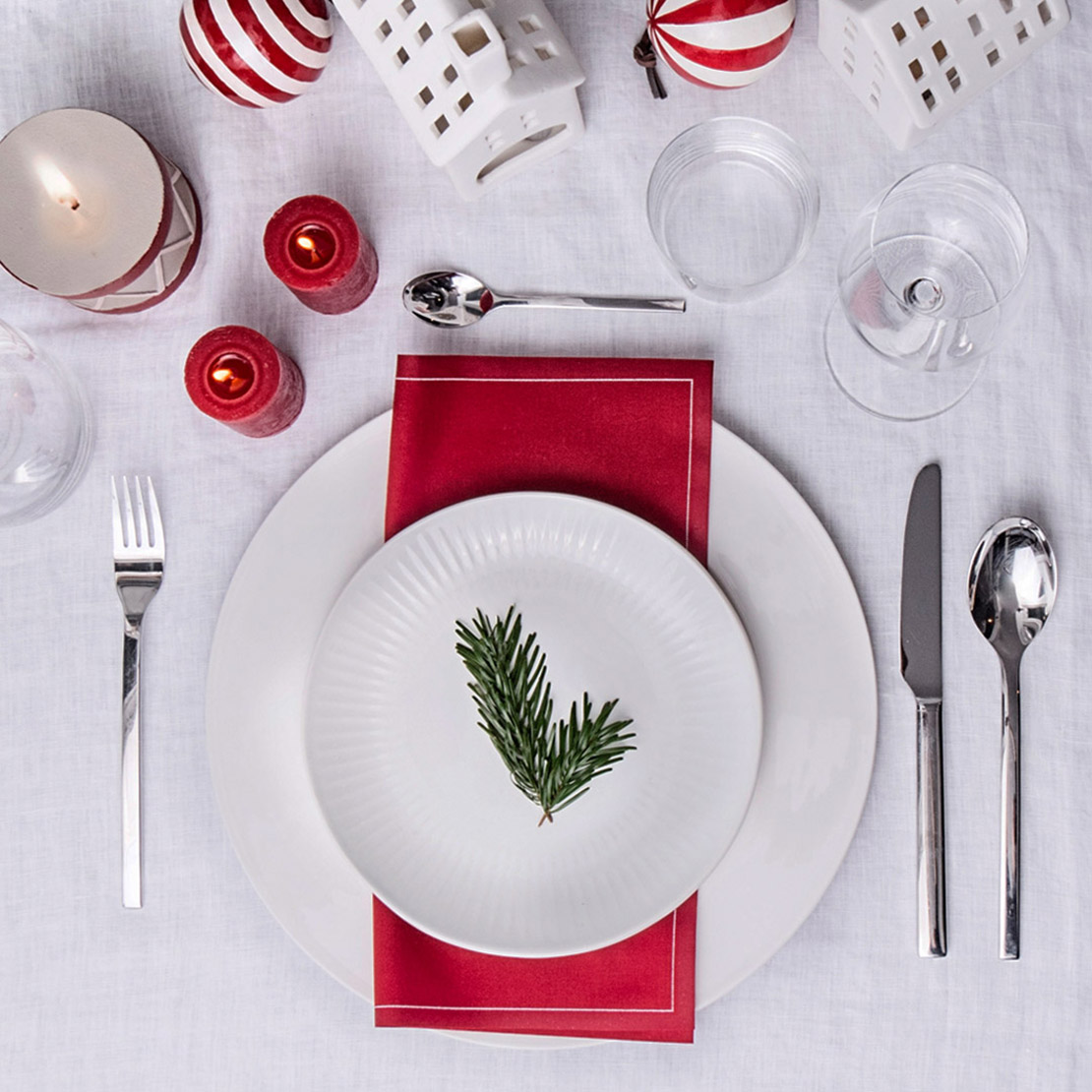 Decoración de mesa para fiestas oro y rojo