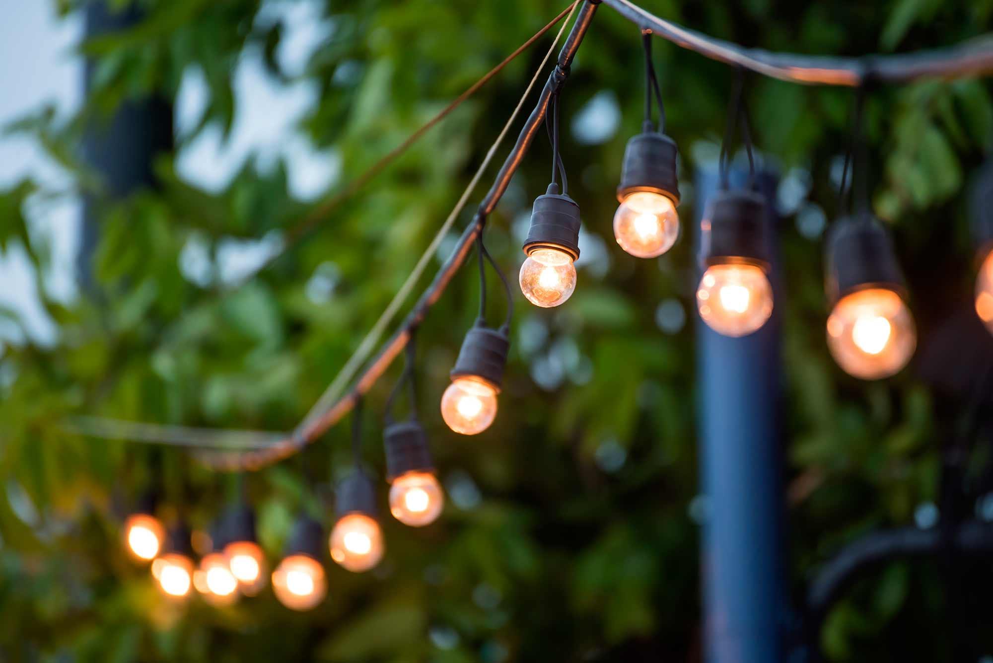 10 piezas clave que tu terraza est pidiendo for Guirnaldas de luces para exterior