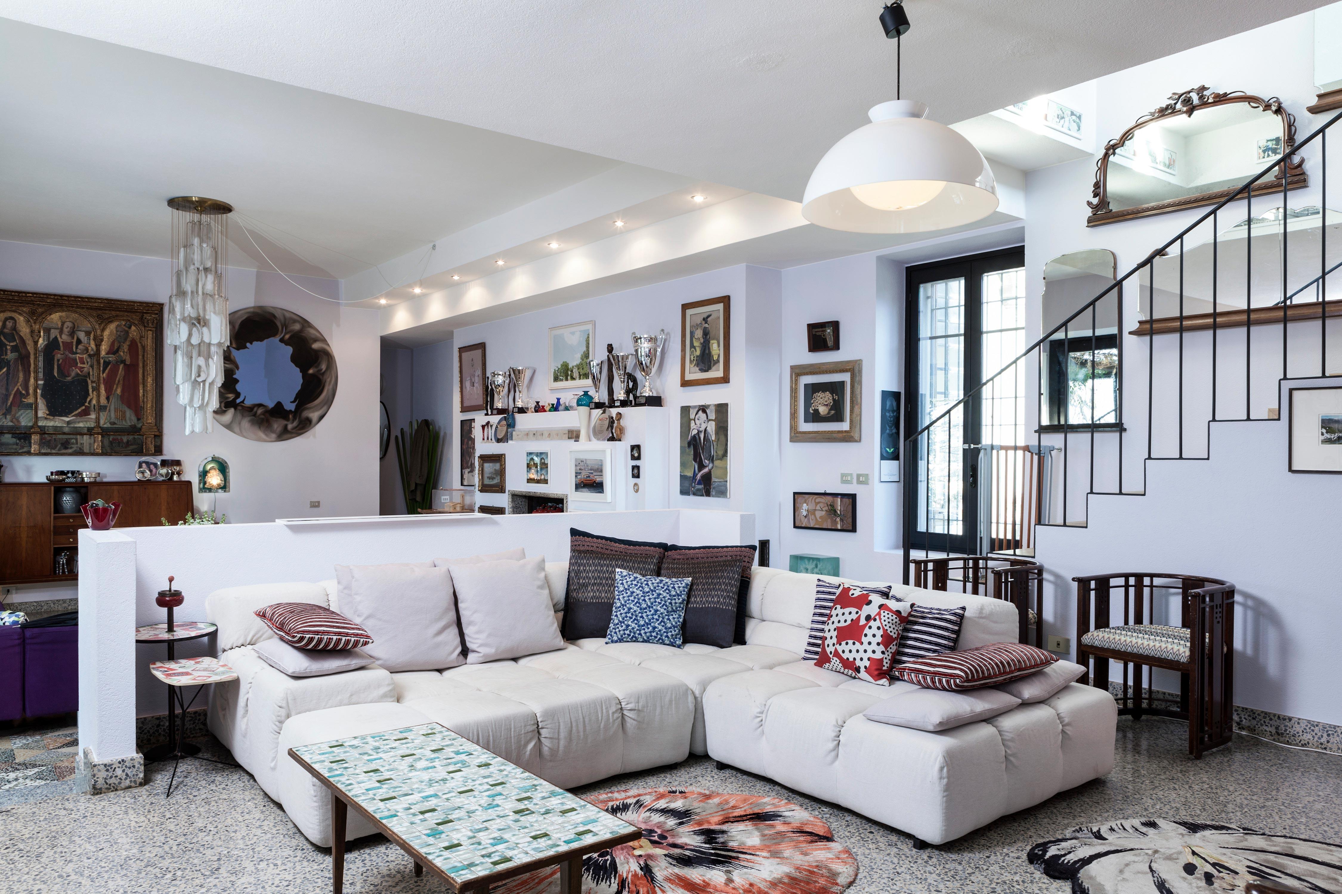 Sofá en el salón de la casa de Margherita Missoni
