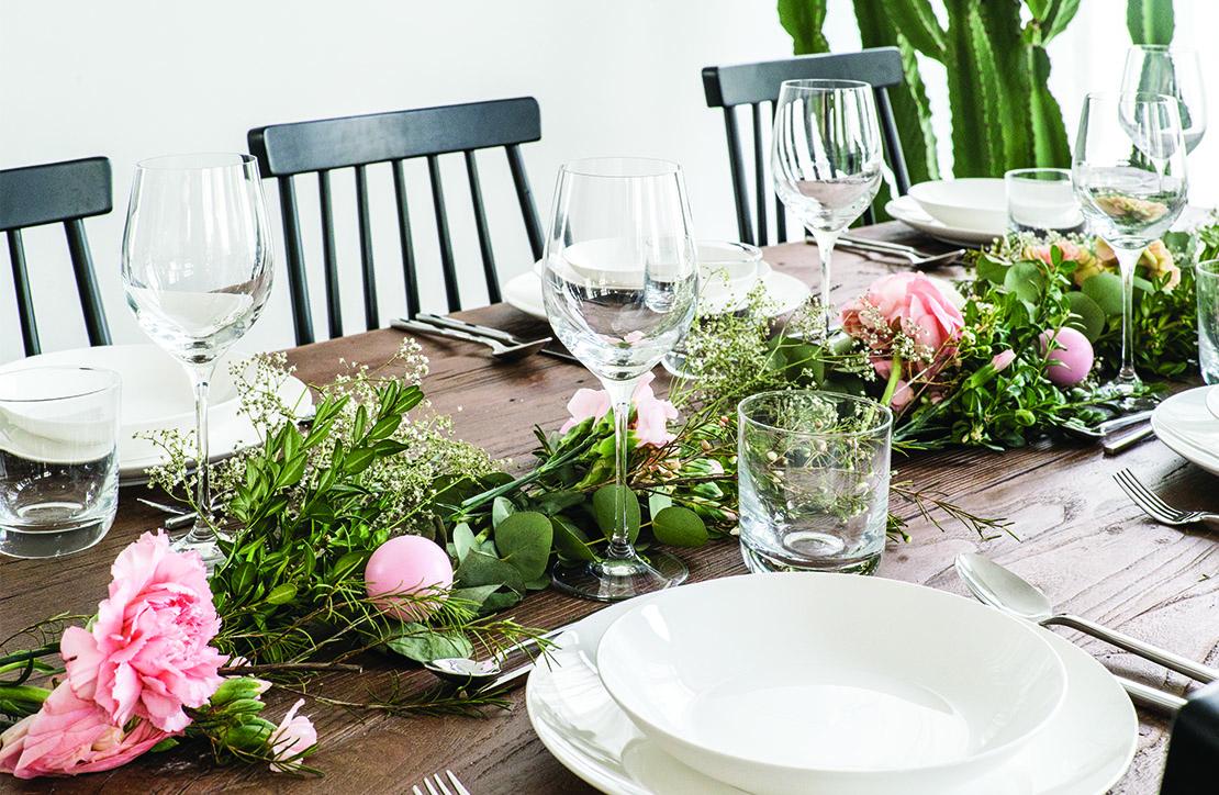 camino de mesa hecho con plantas y flores