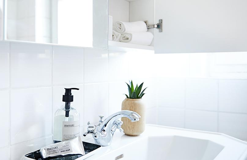 Organizar las estanterías del baño
