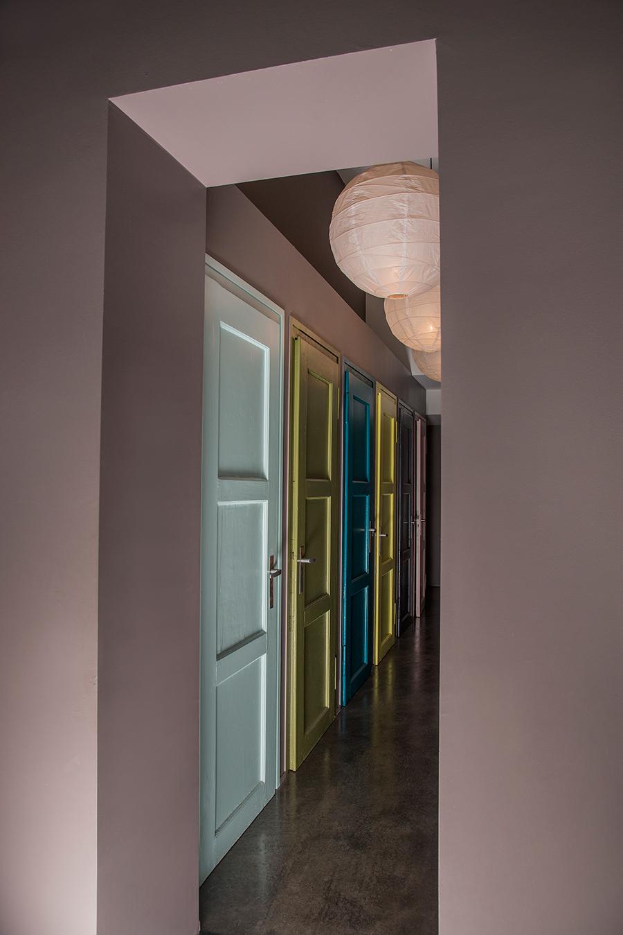couloir avec portes colorées