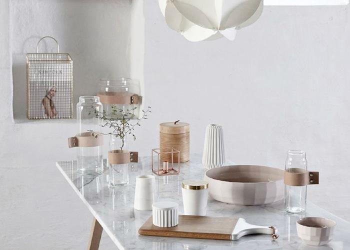 table effet marbre avec petits objets déco