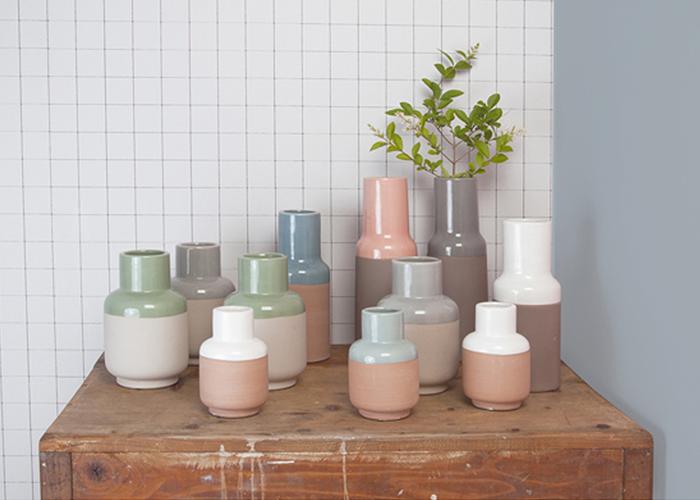 Commode en bois avec petits vases