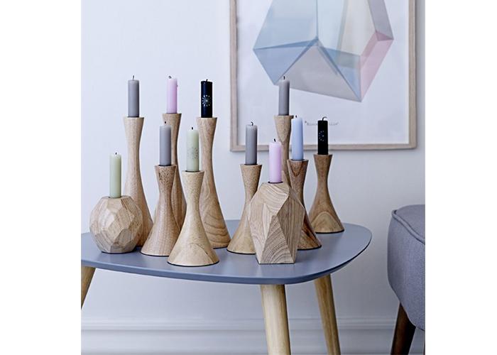 Table basse grise et bois avec bougeoirs en bois