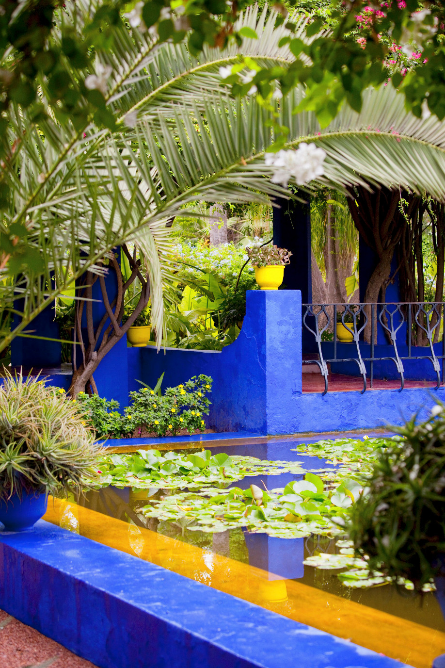 le jardin majorelle le jardin bleu de marrakech westwing. Black Bedroom Furniture Sets. Home Design Ideas