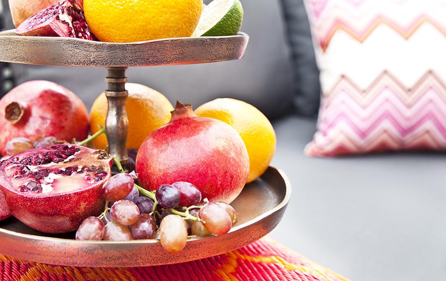Grenades, figues, dattes et raisins rouges s'exposent et apportent de la couleur.