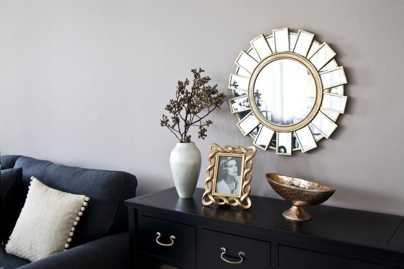 Décoration glamour : miroir et canapé velours