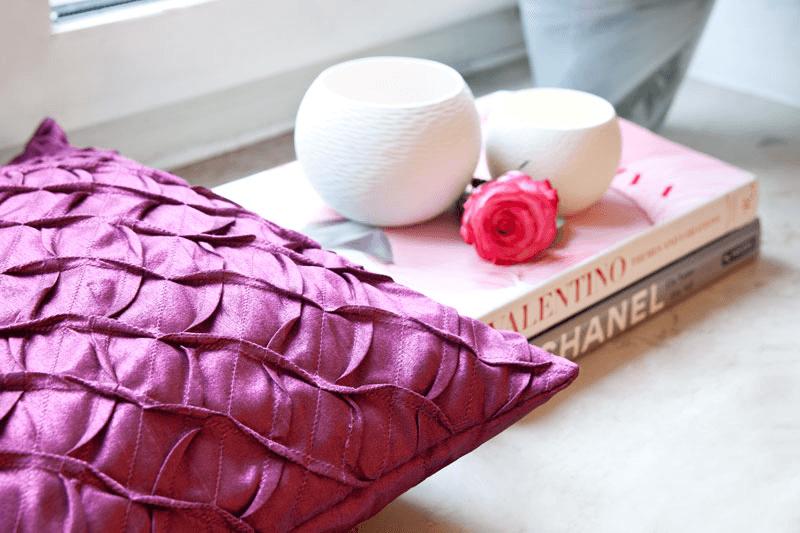 Décoration glamour: coussin pourpre