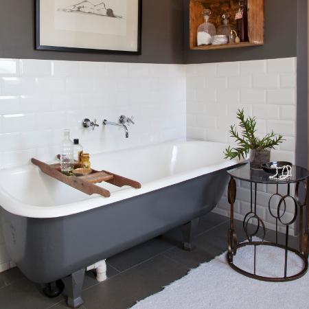 Une salle de bain pratique et charmante