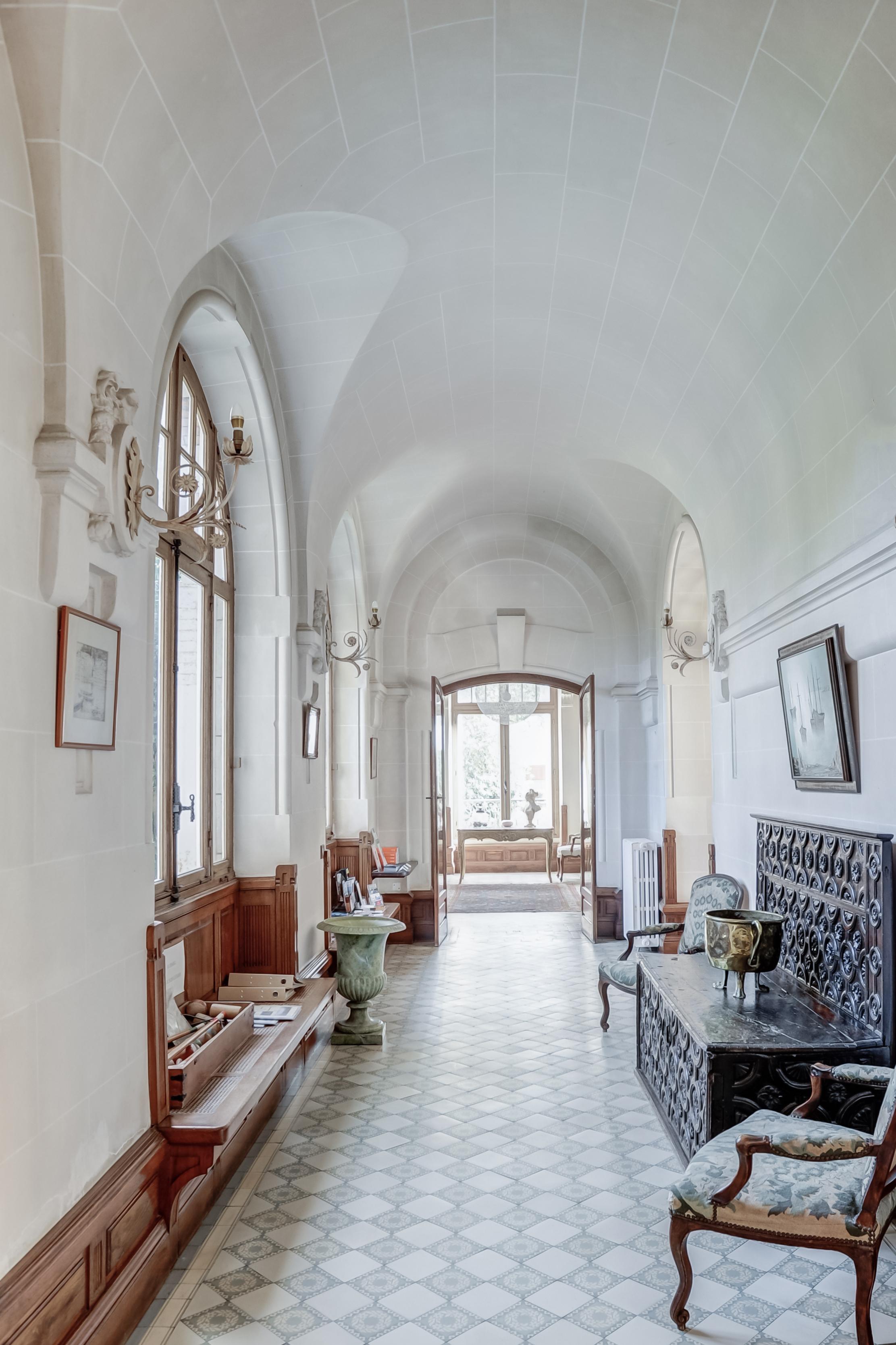 chateau-du-clair-de-lune-63-couloir-1-∏ChateauxetHotelsCollection