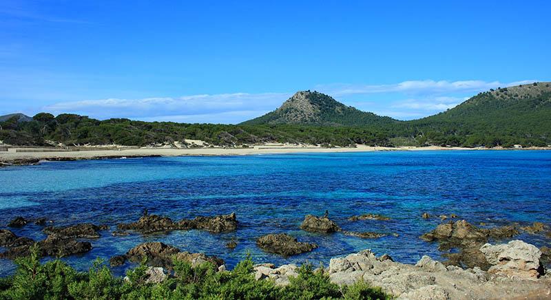 Situata a nord est della capitale, è una delle mete più gettonate dell'isola. Un mix inconfondibile tra mare e monti.