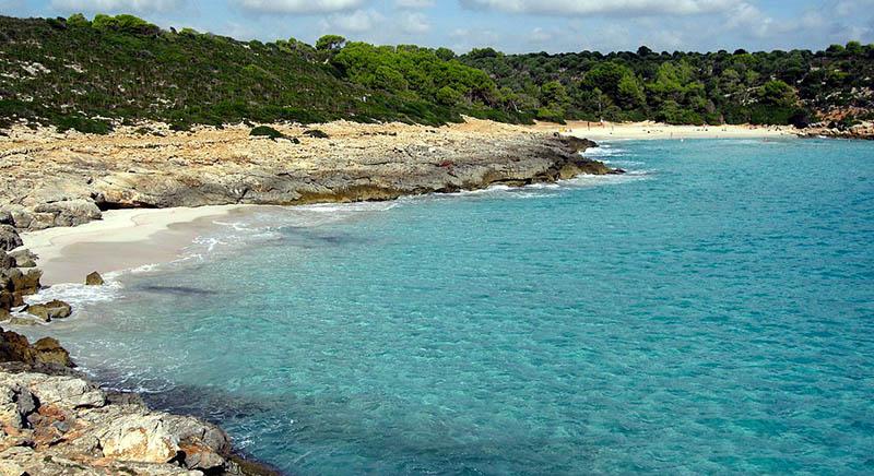 Una zona ancora incontaminata, Cala Varques si trova a sud est dell'isola. Un vero paradiso, tra mare cristallino e lunghe lingue rocciose.