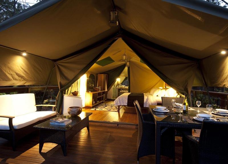 Tandara è una location immersa nel cuore del Lane Cove National Park, vicino Sydney. Ricrea in chiave adventure l'atmosfera rassicurante della propria casa, in un gioco di luci soffuse e ambienti ben definiti.
