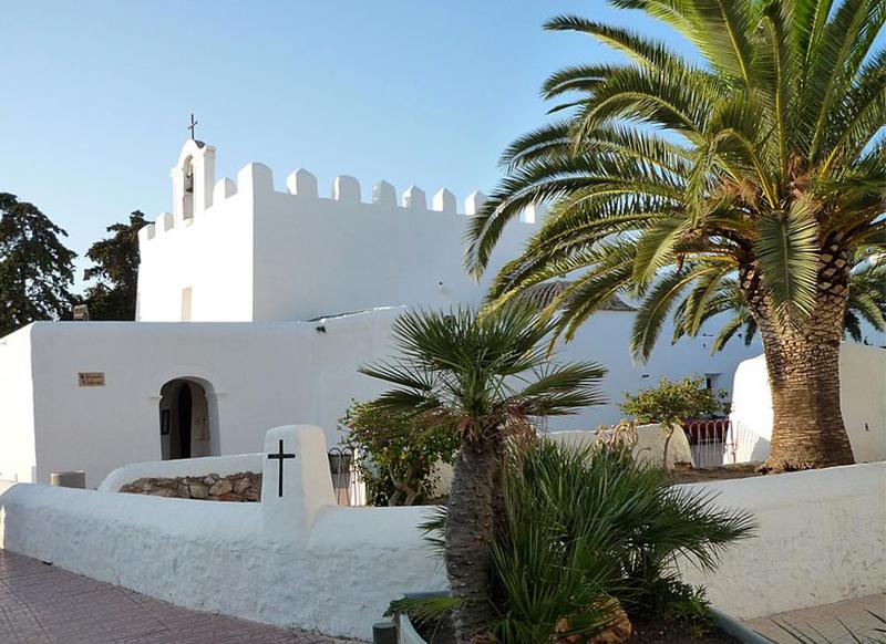L'isola racchiude luoghi ricchi di storia e tradizione. Lo è ad esempio Eivissa, tutelata dall'UNESCO, ma non meno affascinanti sono Sant Antoni de Portmany, Sant Josep di sa Talaia (in foto, la chiesa di Jordi), Sant Joan de Labritja e Santa Eulària des Riu.