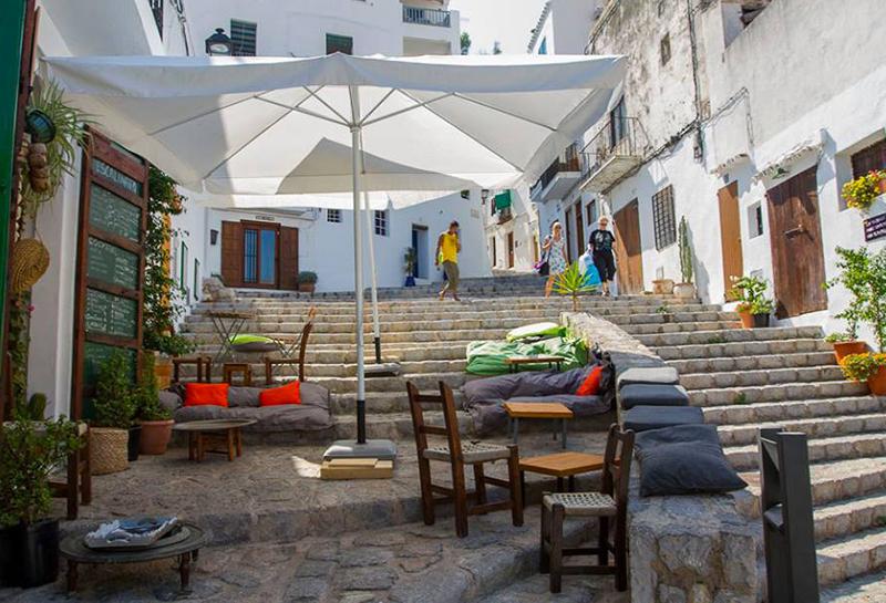 Quando cala la sera Ibiza si popola di persone, colori, musica e feste. Per entrare in pieno stile isolano bisogna provare un assaggio di tapas presso S'escalinata ad Eivissa, un locale hippie dove gustare sapori tipici accomodati su una affascinante scalinata. E poi, via alla vita notturna, tra shopping, bar e discoteche.