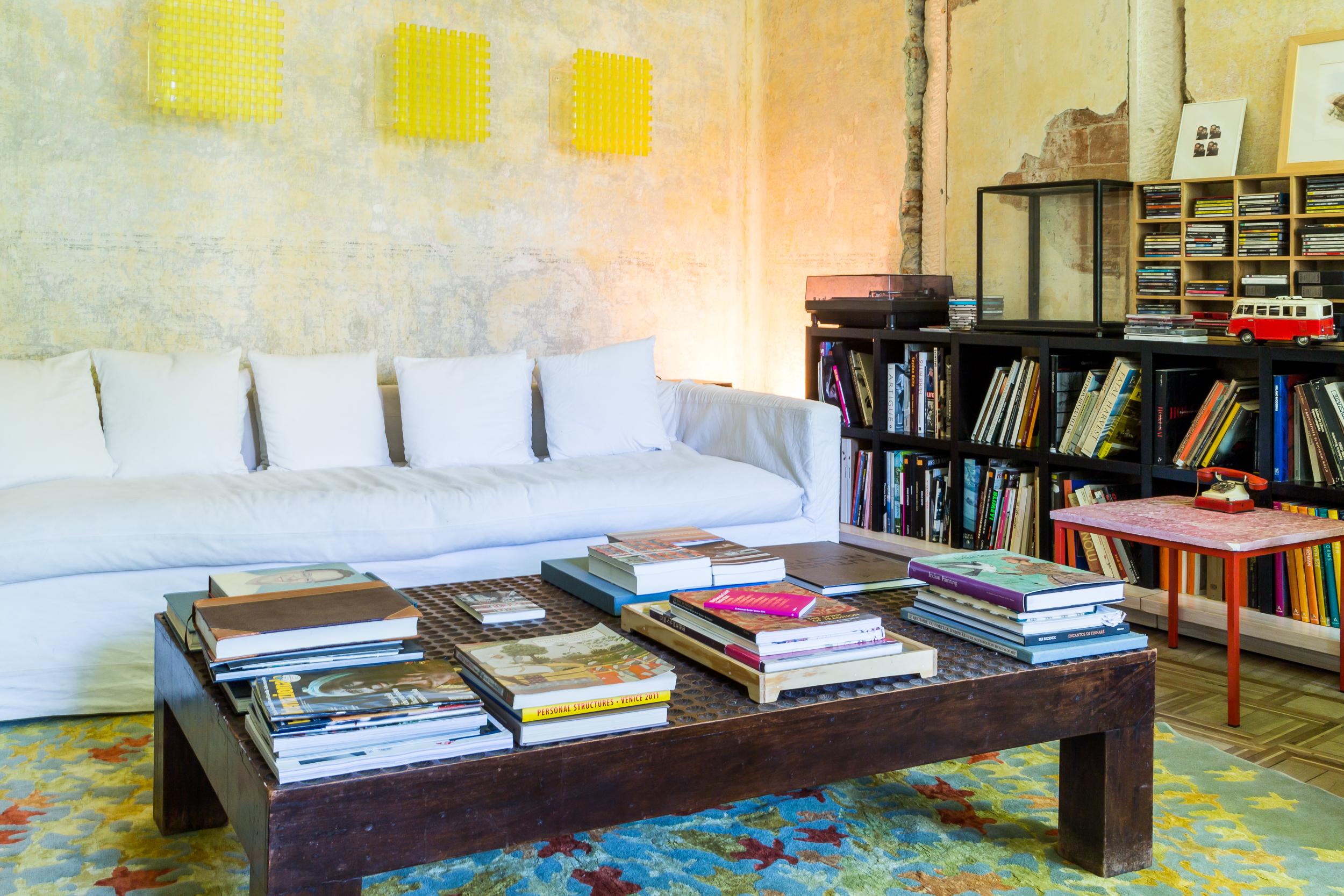 Il profondo divano si conferma l'anima del soggiorno, sul quale Cibic ama godersi il meritato relax comodamente sdraiato. A colorare l'ambiente, tre esemplari di Grid, teca trasparente con una porticina a griglia realizzata in plexiglass giallo opaco.