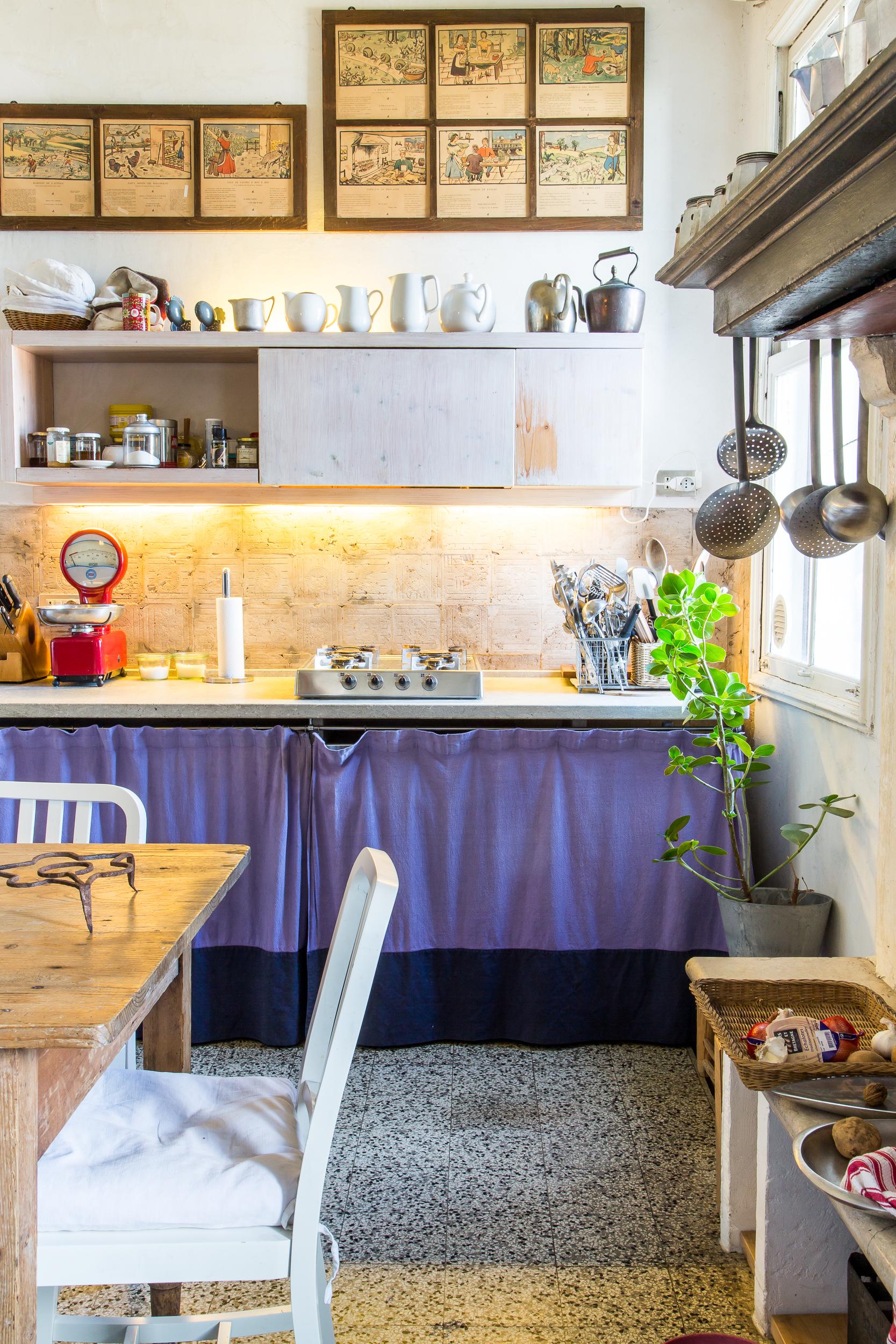Un'altra immagine prospettica della cucina, luogo in cui famigliarità, creatività e design si fondono su molteplici dimensioni.