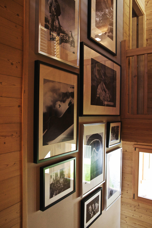 Ricoprite una parete anonima con una galleria stilizzata, magari in black and white, di fotografie. In camera da letto, sogni e ricordi rappresentano un mix intimo e rassicurante. Una vera ciliegina rustica.