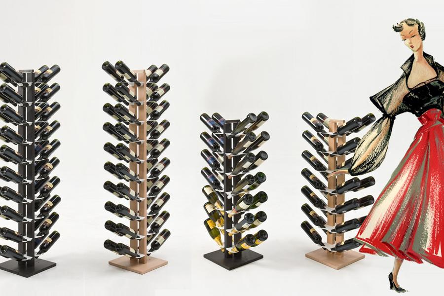 La zia Gaia ama prendersi una pausa dalla lettura assaporando un bicchiere di buon vino. Si è ricavata un piccolo angolo della casa nel quale organizzare la sua collezione di bottiglie, pronte per essere stappate in compagnia, nelle circostanze conviviali che spesso animano le sue serate.  La struttura in faggio mono e bifacciale può essere a colonna, consentendo di collocare le bottiglie su entrambi i lati, oppure affrancata alla parete. Le bottiglie trovano il proprio posto in modo ordinato, elegante, naturale.