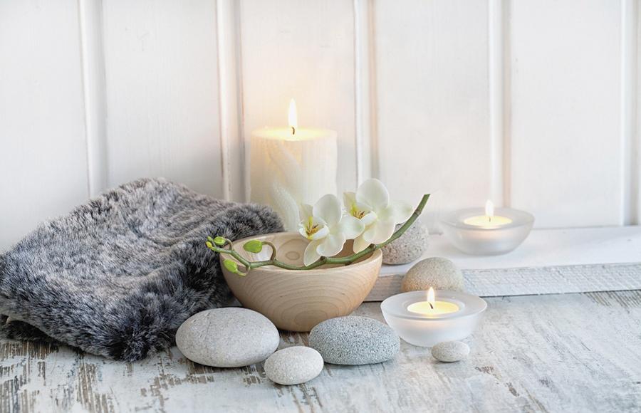 Grigio come la pietra, grigio come decapato. Grigio come l'atmosfera intima e vagamente Zen perfetta per giocare con gli elementi con un accento di sensualità. Basta qualche sasso di forma ovale, perfetto anche per massaggi terapeutici, un caldo accento di pelliccia, e una ciotola in legno, meglio se in bambù, incoronata da candide orchidee. Gran finale, non dimenticate le candele.