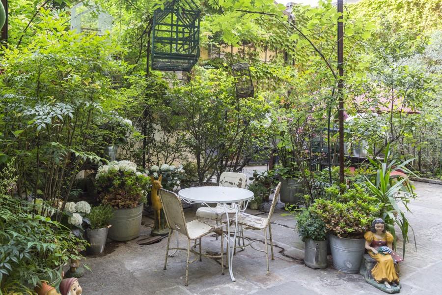 Ad un momento più materico, si affianca poi il piacere della lettura di un buon libro, nella cornice dello splendido giardino che accoglie i visitatori, all'ombra di un gazebo.