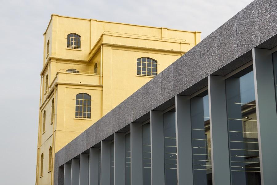 La Fondazione Prada è stata creata nel 1993 quale luogo di analisi del presente, attraverso mostre d'arte contemporanea, progetti d'architettura, cinema e filosofia. Una delle chicche delle nuova struttura è il rivestimento in foglia d'oro di un edificio del complesso.