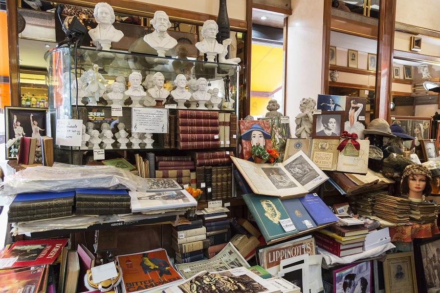 Quasi un tuffo nel passato quello nel Caffè Verdi, locale storico della città, dove è possibile sorseggiare il  migliore dei cappuccini o il proprio cocktail preferito mentre si sfogliano libri antichi e illustrazioni vintage originali.