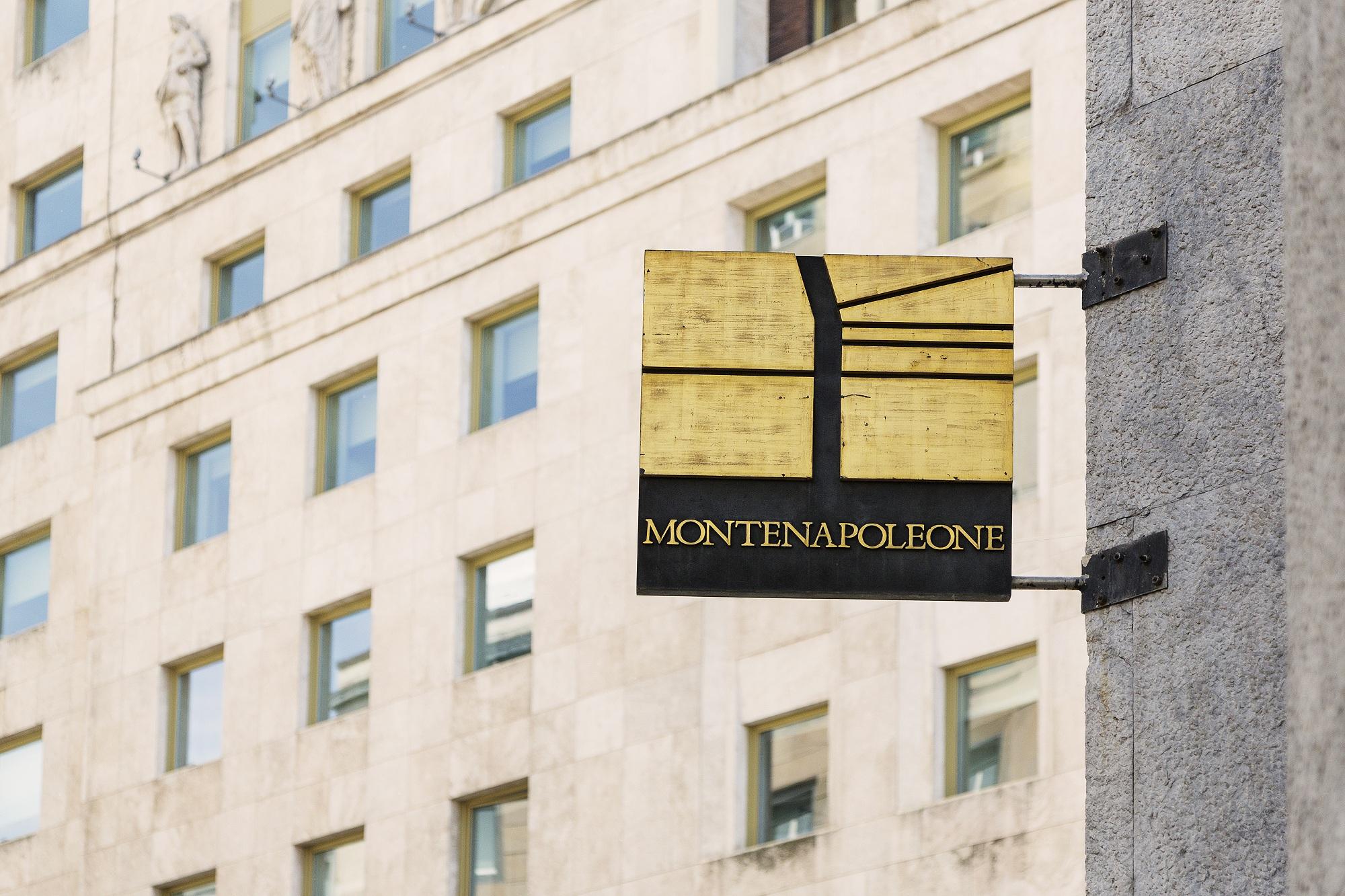 Una carezza ad una stupenda borsa in pelle, uno sguardo di intesa ad un classico abito nero, e, passo dopo passo, il sipario di alza su una delle icone della città di Milano: Via Montenapoleone. Gucci, Louis Vuitton, Valentino.