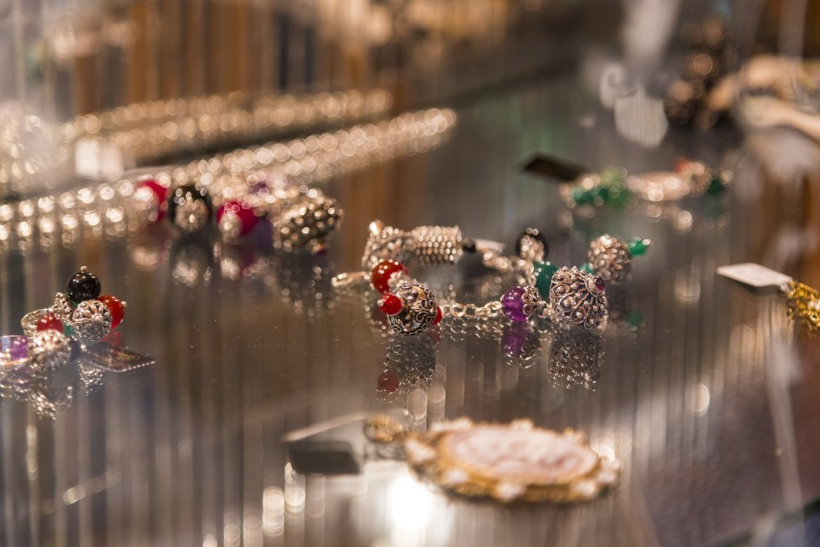 La filosofia alla base del concept store è quella dell'accoglienza. Qui è possibile fare shopping, spaziando da abiti meravigliosi alle borse, fino ad arrivare agli stupendi gioielli in filigrana realizzati in Sardegna, secondo la tradizione del luogo.