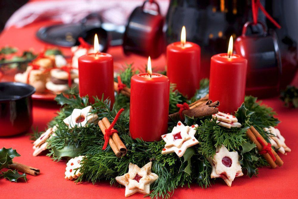 ... Natale, Centrotavola con Candele Rosse Cannella e Biscottini a Stella