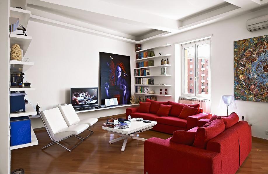Arredo Soggiorno Rosso : Divano rosso parete grigia idee per il design della casa