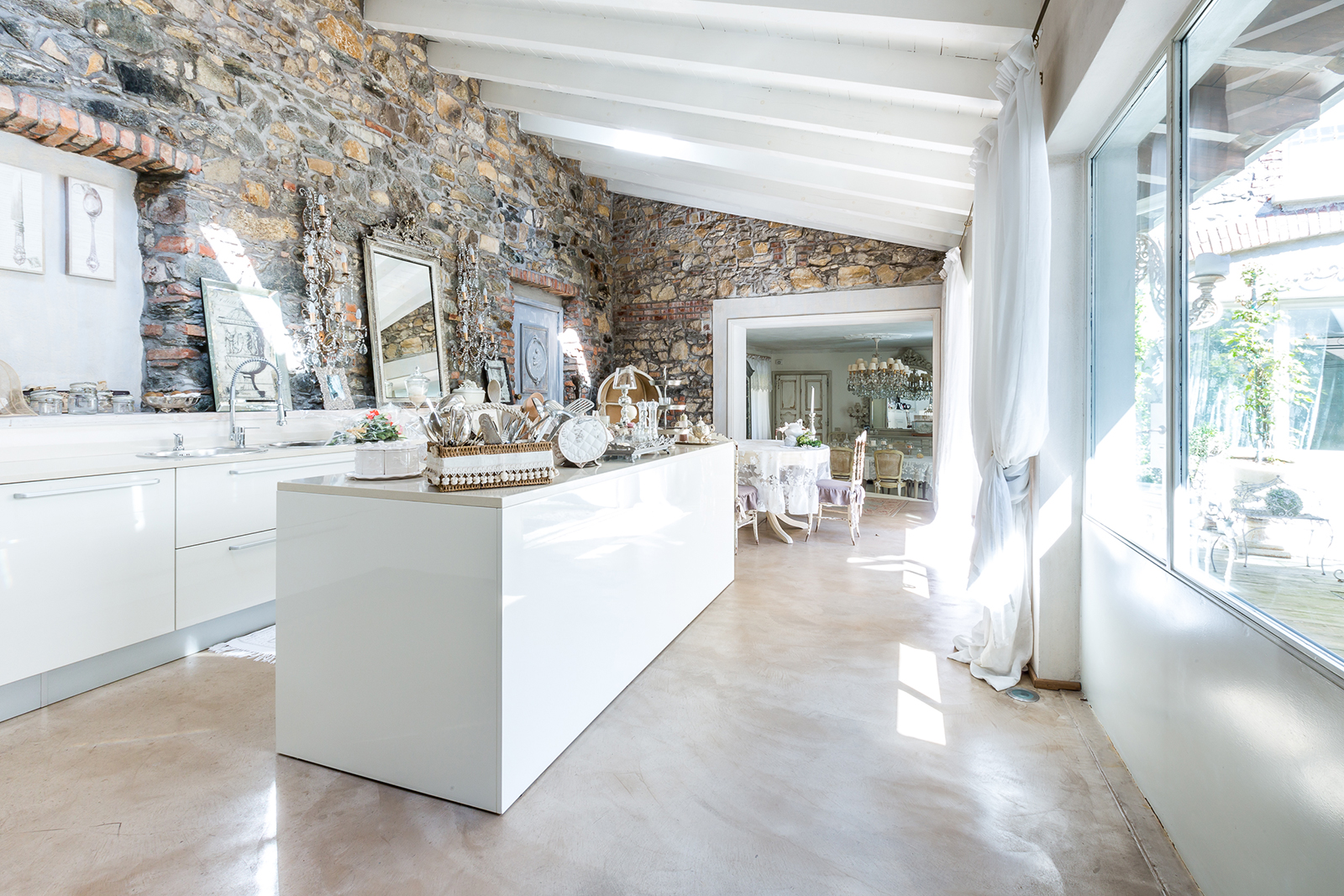 Soggiorni provenzali idee creative di interni e mobili for Casa shabby chic moderna