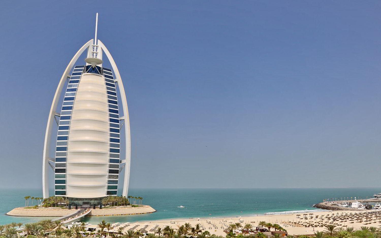 Il celebre Burj Al Arab Jumeirah, hotel a 5 stelle a Dubai.
