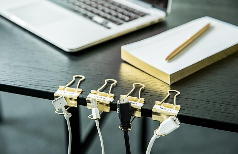 Come organizzare e ordinare i cavi sulla scrivania