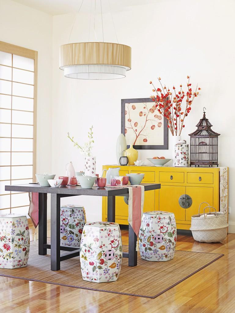 Esszimmer mit chinesischen Elementen und Sitzhocker mit Blumenmotiv