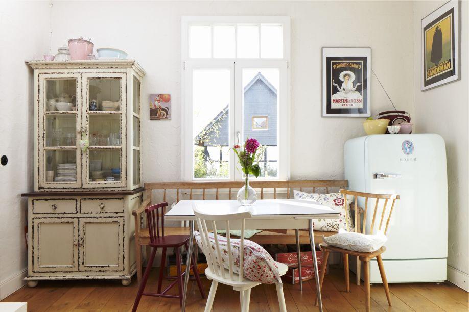 brocante keuken met keukentafel en koelkast