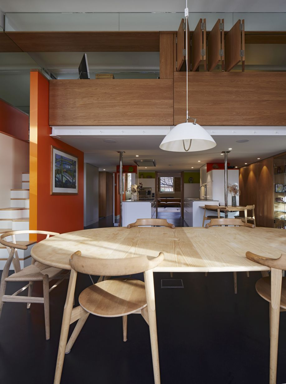 ovale tafel van lichtkleurig hout
