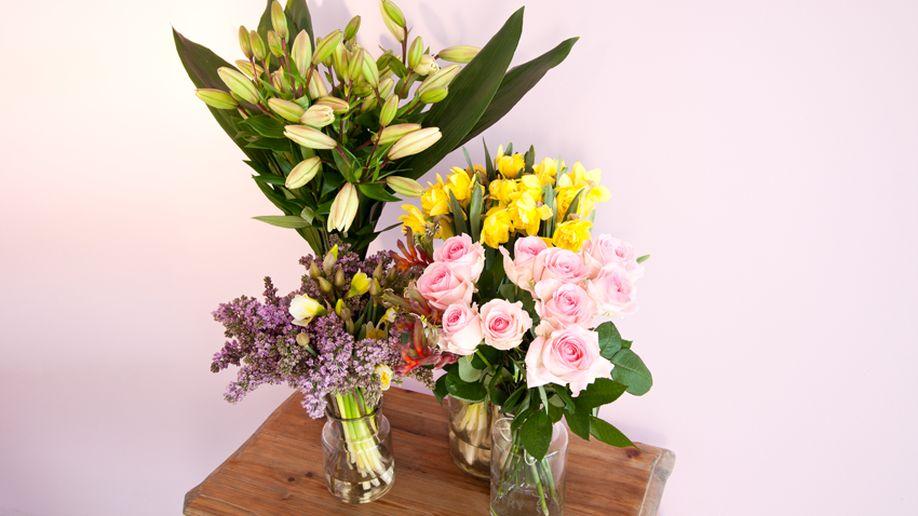 lentebloemen geel en roze op tafel